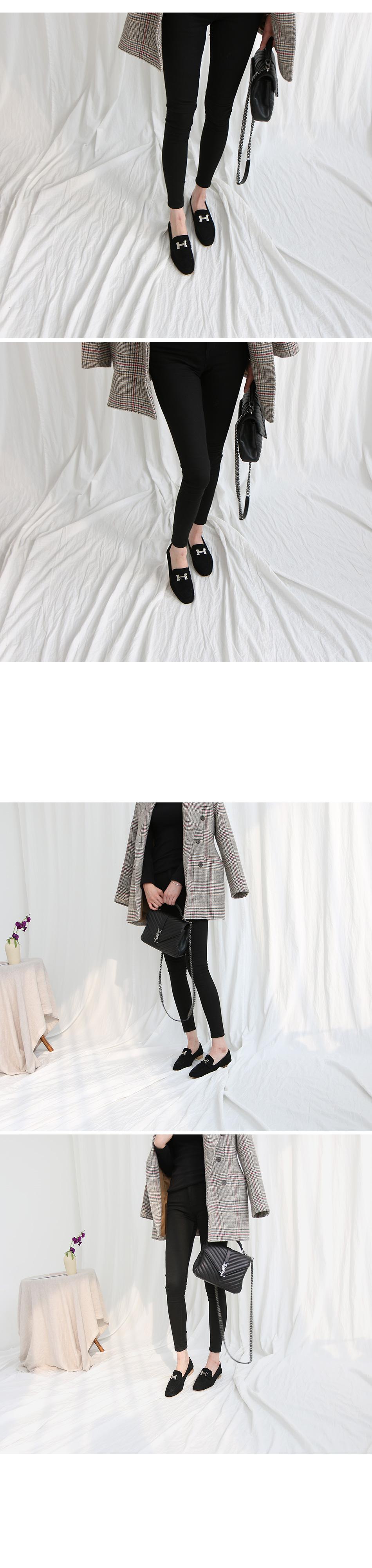 데핀트 메탈장식 스웨이드 로퍼 착용컷